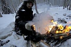 Nordcape Norvège 23febr 2012 : Homme de Nowegian dans la forêt neigeuse Photos libres de droits