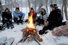 Nordcape Norwegen 23febr 2012: Nowegian-Mann im schneebedeckten Wald Lizenzfreie Stockbilder
