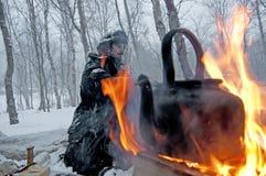 Nordcape Norwegen 23febr 2012: Nowegian-Mann im schneebedeckten Wald Lizenzfreie Stockfotos