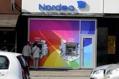 NORDE-BANKEN ATM VÄNDER REGNBÅGEFÄRGER Fotografering för Bildbyråer