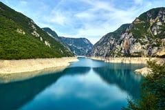 Norden av Montenegro, en härlig sikt, flod Piva, tidig höst royaltyfria foton