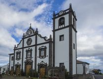 Nordeste主要教会在圣地米格尔海岛与圣诞装饰和托婴所上的在亚速尔,葡萄牙 库存图片