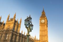 Big Ben mit Häusern des Parlaments Stockbild
