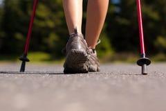 Nordic che cammina in estate fotografie stock libere da diritti