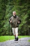 nordic d'homme aîné marchant à l'extérieur Photos stock