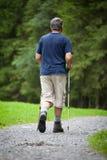 Nordic d'homme aîné marchant à l'extérieur Images libres de droits