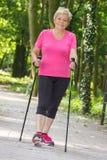Nordic de pratique de femme supérieure pluse âgé marchant, modes de vie sportifs dans la vieillesse Photos libres de droits