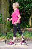 Nordic de pratique de femme supérieure pluse âgé marchant, modes de vie sportifs dans la vieillesse Image stock
