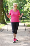 Nordic de pratique de femme supérieure pluse âgé marchant, modes de vie sportifs dans la vieillesse Image libre de droits