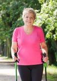 Nordic de pratique de femme supérieure pluse âgé marchant, modes de vie sportifs dans la vieillesse Images stock