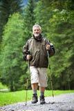 Nordic del hombre mayor que recorre al aire libre Foto de archivo libre de regalías