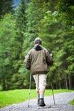 Nordic del hombre mayor que recorre al aire libre Fotos de archivo libres de regalías