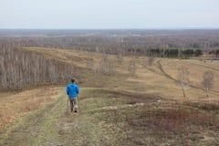 Nordic, der - erwachsener Mann absteigt vom Berg geht lizenzfreies stockbild