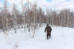 Nordic marchant - équipez s'élever jusqu'au dessus d'une montagne photographie stock