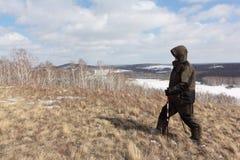 Nordic marchant - équipez s'élever jusqu'au dessus d'une montagne chauve, collines de Bugotaksky, région de Novosibirsk, Russie images stock