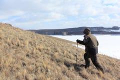 Nordic marchant - équipez s'élever jusqu'au dessus d'une montagne chauve, collines de Bugotaksky, région de Novosibirsk, Russie photographie stock