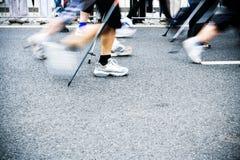 Nordic marchant sur le marathon de ville, tache floue de mouvement Images stock