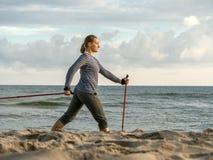Nordic que anda na praia Imagem de Stock Royalty Free
