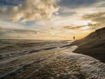 Nordic que anda na praia imagens de stock royalty free
