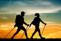 Nordic que camina en la puesta del sol Fotografía de archivo libre de regalías