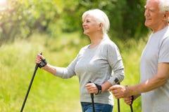 Nordic supérieur de couples marchant en parc Photographie stock