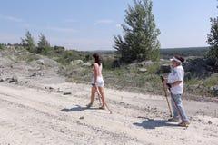 Nordico che cammina - gli anziani e le giovani donne sta facendo un'escursione Fotografie Stock Libere da Diritti