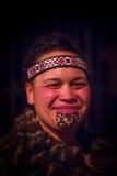 NORDinsel, NEUES SEELAND 17. MAI 2017: Porträt von Tamaki Maori-Mann mit traditionsgemäß tatooed Gesicht in traditionellem Lizenzfreie Stockfotografie