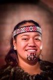 NORDinsel, NEUES SEELAND 17. MAI 2017: Porträt von Tamaki Maori-Mann mit traditionsgemäß tatooed Gesicht in traditionellem Lizenzfreie Stockfotos