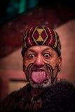 NORDinsel, NEUES SEELAND 17. MAI 2017: Schließen Sie oben von einem Maori- Mann, der heraus Zunge mit traditionsgemäß tatooed Ges Lizenzfreies Stockfoto