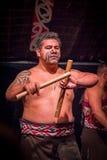 NORDinsel, NEUES SEELAND 17. MAI 2017: Schließen Sie oben von einem Tamaki Maori-Mann mit traditionsgemäß tatooed Gesicht und her Lizenzfreie Stockfotos