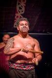 NORDinsel, NEUES SEELAND 17. MAI 2017: Schließen Sie oben von einem Tamaki Maori-Mann mit traditionsgemäß tatooed Gesicht und her Lizenzfreie Stockfotografie