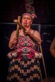 NORDinsel, NEUES SEELAND 17. MAI 2017: Schließen Sie oben von einer Tamaki Maori-Frau mit traditionsgemäß tatooed Gesicht und dem Stockbild