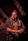 NORDinsel, NEUES SEELAND 17. MAI 2017: Tamaki Maori-Mann, der heraus Zunge mit traditionsgemäß tatooed Gesicht und herein haftet Lizenzfreies Stockbild