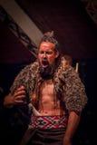 NORDinsel, NEUES SEELAND 17. MAI 2017: Tamaki Maori-Mann, der mit traditionsgemäß tatooed Gesicht im Trachtenkleid schreit Stockfotografie