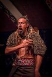 NORDinsel, NEUES SEELAND 17. MAI 2017: Tamaki Maori-Mann, der mit traditionsgemäß tatooed Gesicht im Trachtenkleid schreit Lizenzfreies Stockfoto