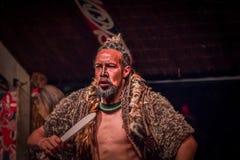 NORDinsel, NEUES SEELAND 17. MAI 2017: Tamaki Maori-Mann, der traditionsgemäß tatooed Gesicht und im Trachtenkleid an trägt Lizenzfreies Stockfoto