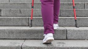 Nordisches Gehen auf Treppe Junge mollige kaukasische Frau, die mit den nordischen Pfosten wandert Abschluss herauf R?ckseite fol stock video