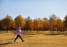 Nordisches Gehen in den Park lizenzfreies stockfoto