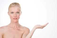 Nordisches Mädchen mit einer Hand oben Lizenzfreies Stockbild