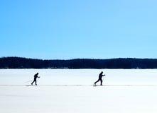Nordisches Skifahren auf gefrorenem See Lizenzfreies Stockfoto