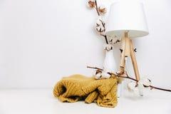 Nordisk bakgrund för Minimalism Skandinavisk lampa med hipstertröjan royaltyfria bilder