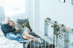Nordiska par som ligger i säng Arkivfoto