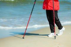 Nordiskt gå Kvinnligben som fotvandrar på stranden Royaltyfria Bilder