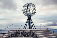 Nordkapp, Νορβηγία - 6 Ιουνίου 2016: Μνημείο σφαιρών σε Nordkapp, το πιό βορειότατο σημείο της Ευρώπης Στοκ φωτογραφίες με δικαίωμα ελεύθερης χρήσης