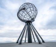 Nordkapp, Νορβηγία - 6 Ιουνίου 2016: Μνημείο σφαιρών σε Nordkapp, το πιό βορειότατο σημείο της Ευρώπης Στοκ Φωτογραφίες