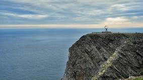 NORDKAPP, NORUEGA - uma vista no penhasco do cabo e no globo nortes Monu Imagem de Stock