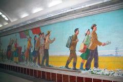 NORDKOREA PYONGYANG - SEPTEMBER 14, 2017: Mosaik i subwaen arkivfoton