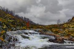 Nordlandschaft des schönen Herbstes mit einem Fluss zwischen Felsen Stockbild
