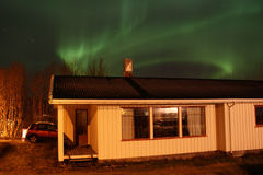 Nordleuchte über Lofotens Haus Stockfotografie