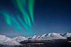 Nordleuchten über Fjorden, Norwegen stockbild